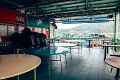 闭合的餐馆在南丫岛索罟湾鱼村庄在香港 免版税库存照片