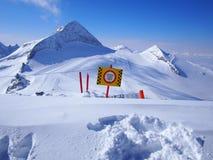 闭合的滑雪倾斜在Hintertux,奥地利,蓝天 免版税库存图片