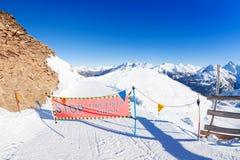 闭合的滑雪道签到山 库存照片