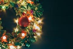问候季节概念 与装饰光o的圣诞节花圈 免版税库存图片