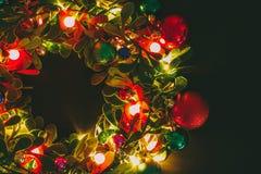 问候季节概念 与装饰光o的圣诞节花圈 免版税库存照片