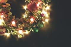 问候季节概念 与装饰光o的圣诞节花圈 图库摄影
