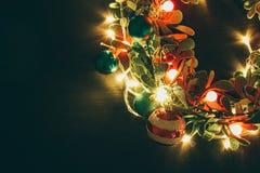问候季节概念 与装饰光o的圣诞节花圈 库存图片