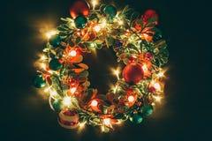问候季节概念 与装饰光o的圣诞节花圈 免版税图库摄影