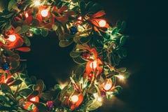 问候季节概念 与装饰光o的圣诞节花圈 库存照片