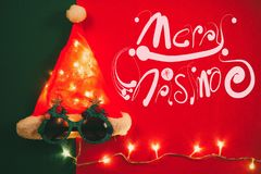 问候季节概念 有星光和glas的圣诞老人帽子 图库摄影