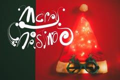 问候季节概念 有星光和glas的圣诞老人帽子 库存照片