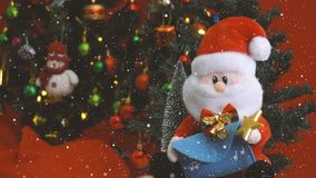 问候季节概念 有装饰品的圣诞老人和雪人 图库摄影