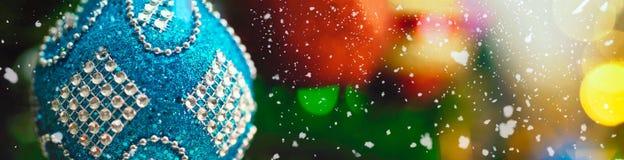 问候季节概念 装饰品宽射击在圣诞节tr的 库存照片