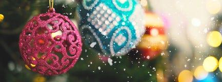 问候季节概念 装饰品宽射击在圣诞节tr的 免版税库存图片
