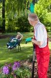问候花匠在庭院里 免版税库存图片