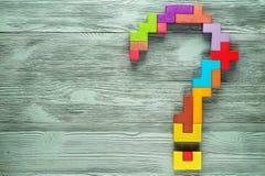 问号由五颜六色的木块做成 库存图片