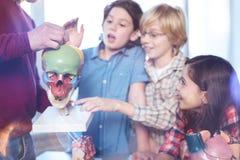 问快乐的活泼的学生很多问题 免版税库存照片