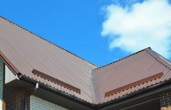 问题范围特写镜头雨天沟,屋顶防水和屋顶保护的免受雪板& x28; 雪guard& x29; 图库摄影