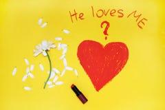 问题:他爱我?写由唇膏 图库摄影