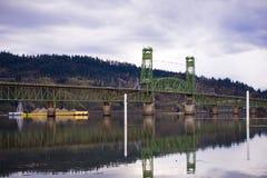 闯入与在河的货物有吊桥的 图库摄影