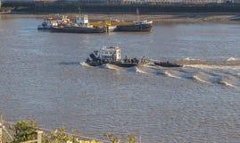 闯入,工作在泰晤士河的船,快速地旅行,与 免版税库存图片