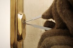 闯进的尝试细节与塑料lockpick刀片的公寓 免版税图库摄影