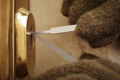 闯进的尝试细节与塑料lockpick刀片的公寓 库存照片