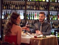 闲谈用好酒在餐馆 免版税库存图片