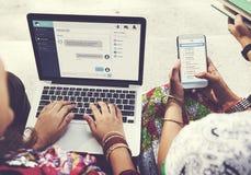闲谈通信网上消息膝上型计算机手机概念 库存照片