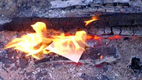 闷燃的灰和消散在风 4k UHD 影视素材