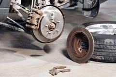 闸光盘查出的白色 替换老对新 汽车机械师修理 图库摄影