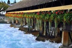水闸桥梁在图恩,瑞士 Aare河 免版税库存图片