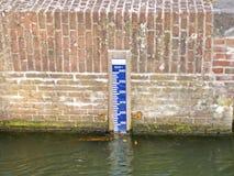 水闸石墙有测量仪的 免版税库存图片