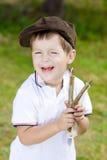 闹事者。有弹弓的男孩 库存照片