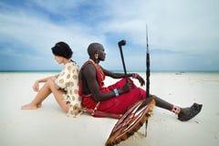 闹事 肯尼亚 蒙巴萨 狄亚尼海滩 2012年1月28日马萨伊和海滩的白人妇女 图库摄影