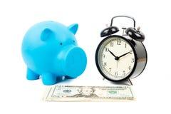 闹钟、存钱罐和美元钞票 免版税库存照片
