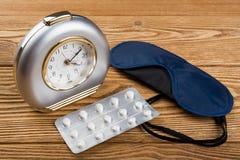 闹钟、面具和安眠药 免版税库存图片