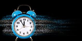 闹钟作为唤醒特写镜头的早晨的标志 免版税库存照片