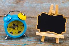 闹钟和一个黑板有空的空间的文本的求爱 免版税库存图片
