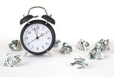 闹钟和一被弄皱的美元 库存图片