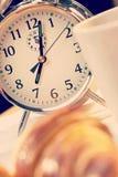 闹钟和新月形面包&咖啡轻快早餐  免版税库存照片