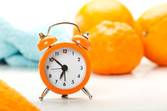 闹钟和桔子 图库摄影