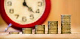 闹钟和金钱硬币 免版税图库摄影