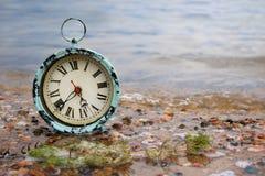 闹钟在水中 免版税库存图片