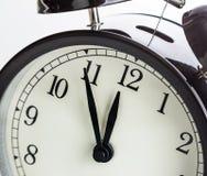 闹钟显示午间或午夜 它是十二个o `时钟,欢乐假日的新年好或午餐概念 免版税库存图片