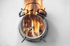 闹钟烧与火火焰 免版税图库摄影