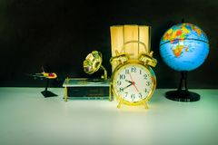 闹钟老葡萄酒金子和地球塑料-预定,在白色的留声机在黑背景 图库摄影