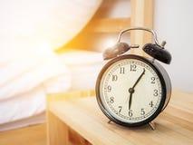 闹钟,唤醒的时间概念:减速火箭的闹钟 库存图片