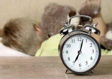 闹钟,唤醒 闹钟和睡觉的婴孩 早晨睡眠 七早晨 免版税库存图片