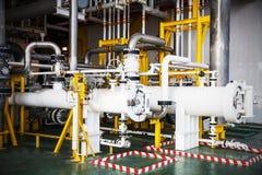 阀门和管子在油和煤气平台排行 免版税库存图片