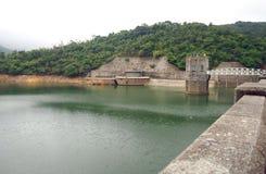 阀门塔和钢桥梁在水库 免版税库存照片