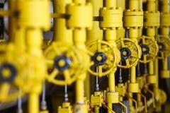 阀门手工在生产过程中 控制系统的生产过程使用的手工阀门,接近的操作员开放和 库存照片