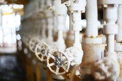 阀门手工在生产过程中 控制系统的生产过程使用的手工阀门,接近的操作员开放和 免版税图库摄影