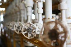 阀门手工在生产过程中 控制系统的生产过程使用的手工阀门,接近的操作员开放和 免版税库存照片